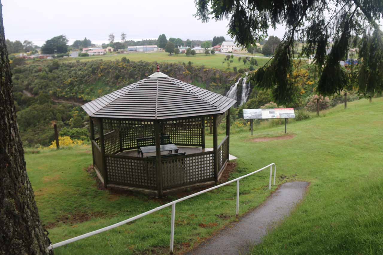 Context of the gazeebo and the lookout for Waratah Falls