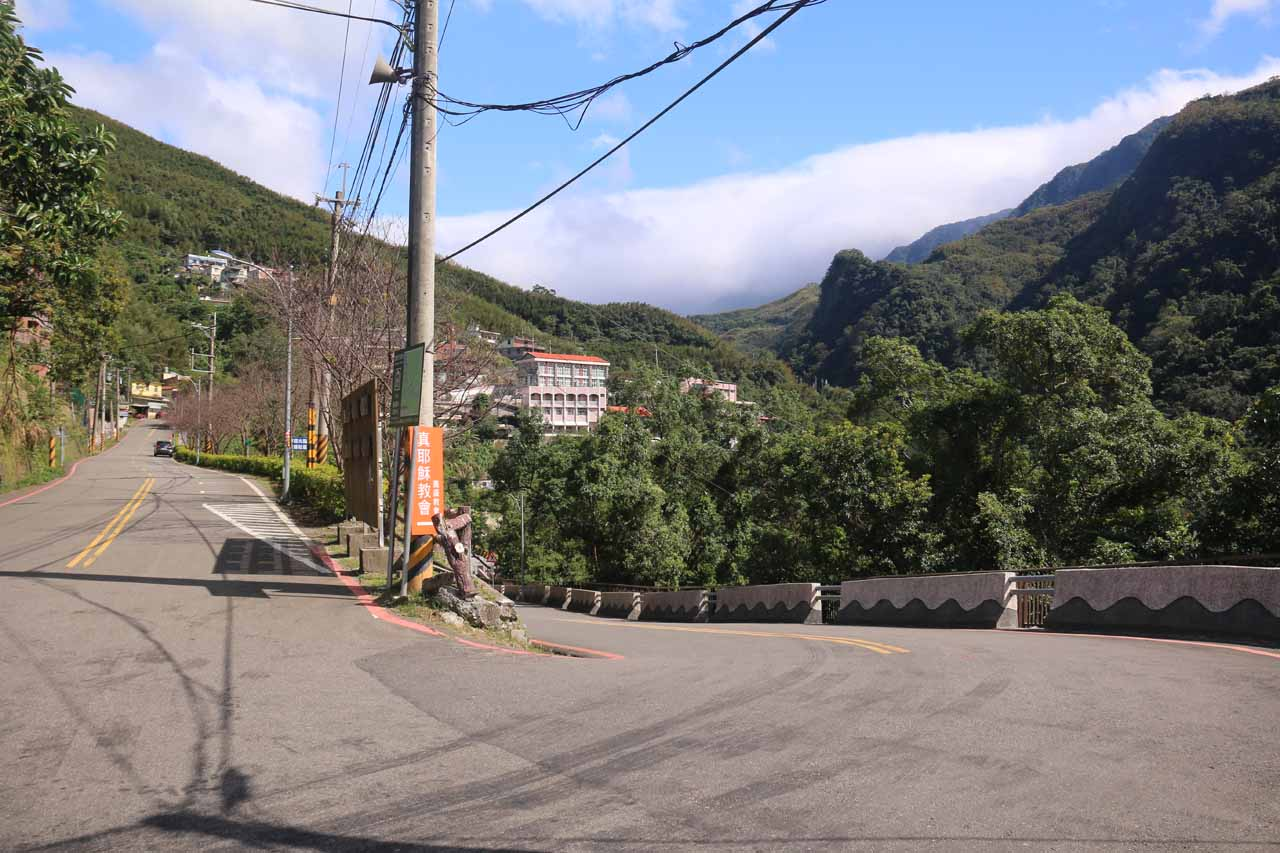 At this junction, we kept right to go down to the paid parking area and the more developed stuff around the Xiao Wulai Scenic Area